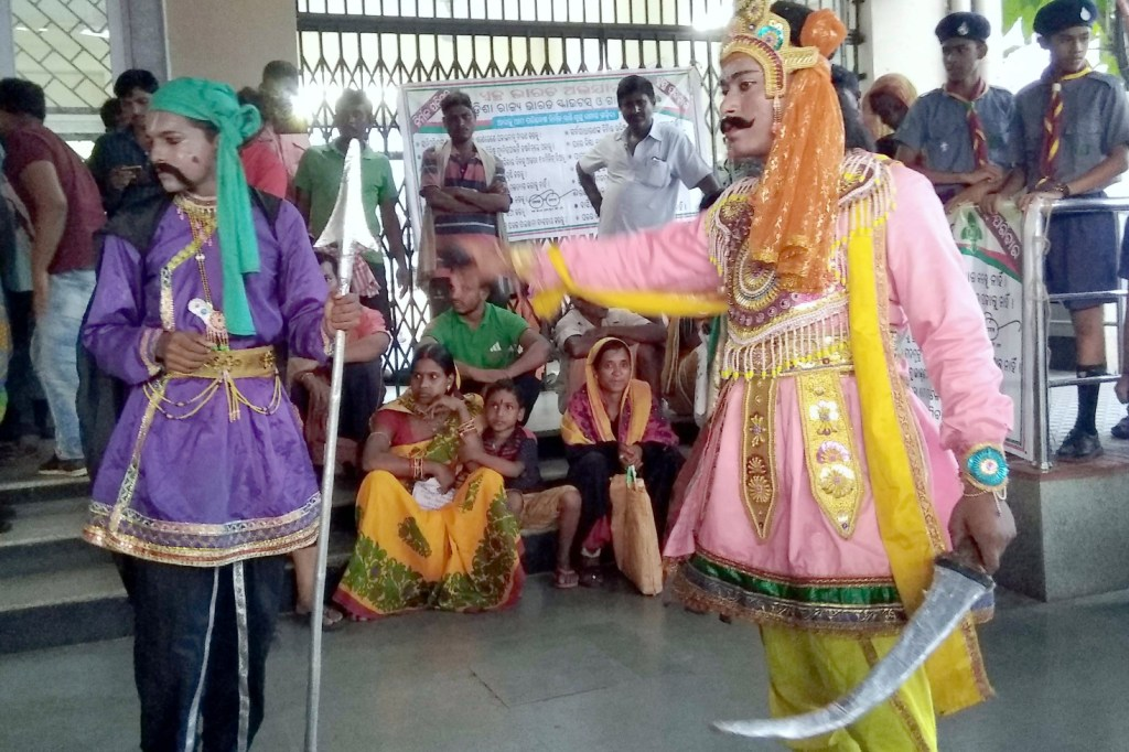 STANDALONE :- Students stage a street play on Swachha Bharat Mission during 150th birth anniversary of Mahatma Gandhi at Railway Station in Bhubaneswar.